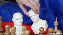 Porzellan-Figuren des russischen Regierungschefs Wladimir Putin