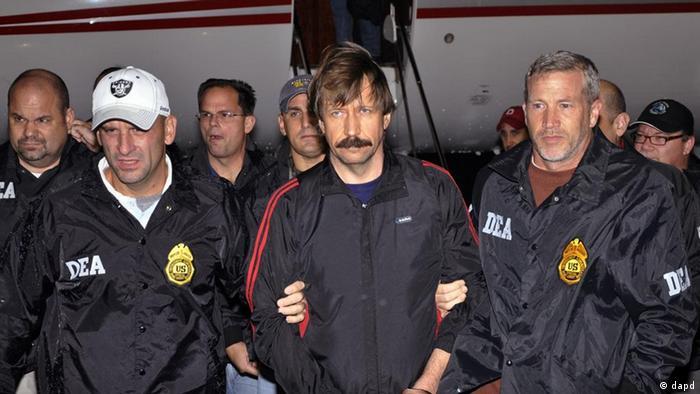 Агенты DEA сопровождают Виктора Бута во время экстрадиции в США