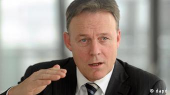 Berlin/ ARCHIV: Der Erste Parlamentarische Geschaeftsfuehrer der SPD-Fraktion im Bundestag, Thomas Oppermann, gestikuliert in Berlin waehrend eines Interviews (Foto vom 16.12.10). Oppermann hat die Herabstufung der Kreditwuerdigkeit mehrerer Euro-Laender durch die US-Ratingagentur Standard & Poor's (S&P) als einen nicht zu ueberhoerenden Warnschuss fuer Deutschland bezeichnet. Zugleich warnte Oppermann vor moeglichen hoeheren Belastungen. Damit drohen Deutschland zusaetzliche Belastungen im Rahmen der europaeischen Rettungsschirme. (zu dapd-Text) Foto: Oliver Lang/dapd
