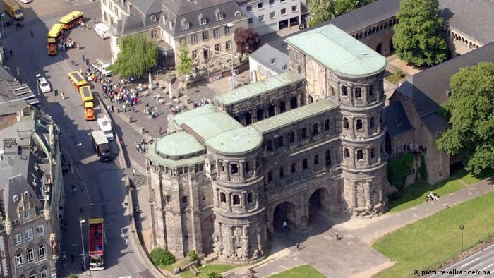 Порта Нігра або Чорна брама Чорна Брама в Трірі - ворота, які чудово збереглися ще з античних часів. Колишні римські міські ворота використовувалися в якості церкви майже тисячу років, перш ніж Наполеон в 1802 році наказав відновити їх первісний вигляд.