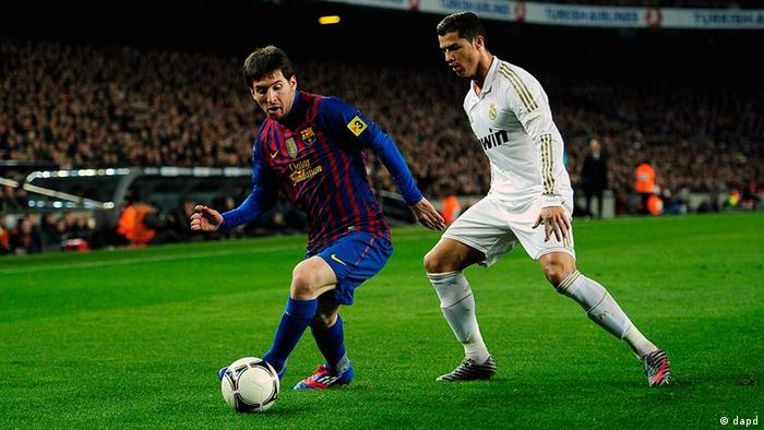 FC Barcelona's Lionel Messi, from Argentina, left, duels for the ball against Real Madrid's Cristiano Ronaldo, from Portugal, during their quarterfinal, second leg, Copa del Rey soccer match at the Camp Nou stadium, in Barcelona, Spain, Wednesday, Jan. 25, 2012. (Foto:Manu Fernandez/AP/dapd)
