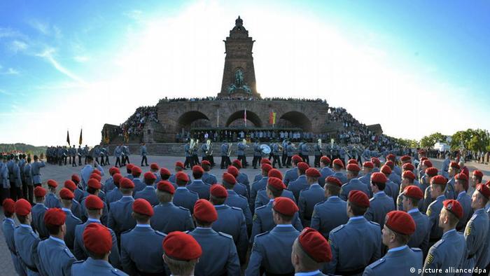 JAHRESRÜCKBLICK 2011 - Soldaten der Bundeswehr stehen am Donnerstag (05.05.2011) am German troops (photo: Martin Schutt dpa/lth)