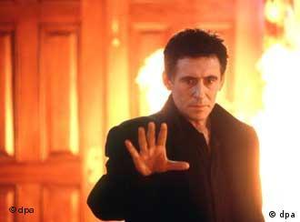 Szene mit Gabriel Byrne im neuen Film Stigmata von Regisseur Rupert Wainwright. In dem US-Thriller spielt Byrne den Wissentschaftler und Vatikan-Priester Andrew Kiernan, der sich mit übernatürlichen Phänomenen beschäftigt. Der jungen Frankie Paige (Particia Arquette), die vom Teufel besessen scheint, soll mit Exorzismus geholfen werden. In die deutschen Kinos kommt der Film am 13.1.2000
