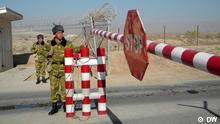 Grenzschutzsoldaten aus Tadschikistan am Dienst. Januar 2012, Passkontrolle an der Grenze zwischen Usbekistan und Tadschikistan Aufnahmedatum: Januar 2012 Aufnahmeort Tadschikistan Copyright: DW/Galym Fashutdinov