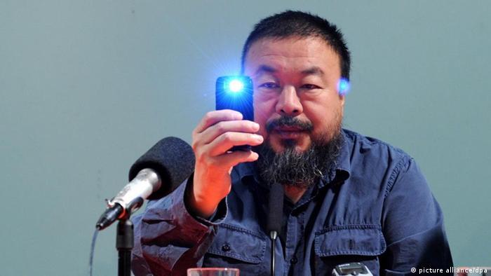 Der Künstler Ai Weiwei fotografiert am Freitag (09.10.2009) in München (Oberbayern) im Haus der Kunst bei einer Pressekonferenz die Journalisten. Die Ausstellung Ai Weiwei. So sorry ist vom 12.10.2009 bis 17.01.2010 zu sehen. Foto: Tobias Hase dpa/lby +++(c) dpa - Report+++