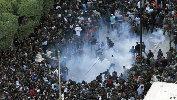 Beginn arabischer frühling 2011 Tunesien Tunis Demonstration Ausschreitungen Tränengas