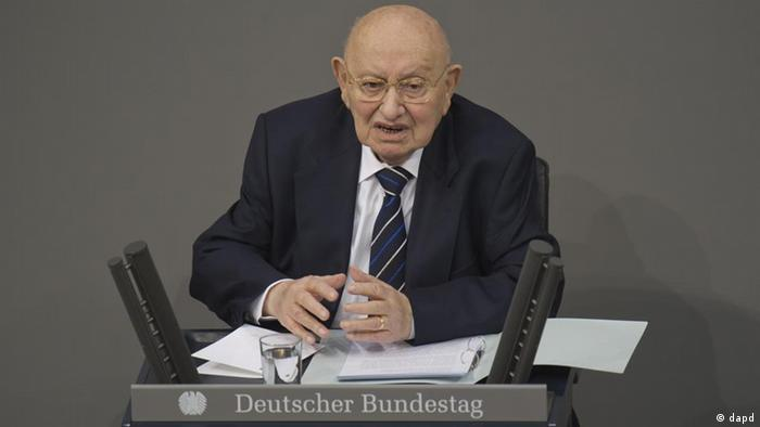 Reich-Ranicki am Rednerpult im Bundestag (Foto:dapd)