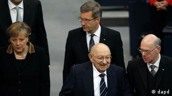 German Chancellor Angela Merkel, German President Christian Wulff, Holocaust survivor Marcel Reich-Ranicki and the President of the Bundestag, Norbert Lammert, from left, arrive for a Holocaust hour of rememberance at the German Federal Parliament, Bundestag, in Berlin, Germany, Friday, Jan. 27, 2012. (Foto:Michael Sohn/AP/dapd)