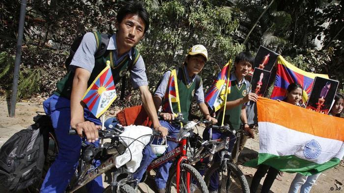 印度的流亡藏人举旗抗议示威