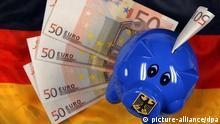 ILLUSTRATION - Ein Sparschwein liegt am Montag (07.06.2010) in Schwerin auf einer Deutschlandfahne mit Euro-Geldscheinen. Die schwarz-gelbe Regierung feilscht um das größte Sparpaket in der Geschichte der Bundesrepublik. Weitere Gespräche mit einzelnen Ministern über zusätzliche Einsparungen zogen sich länger hin als geplant. Insgesamt peilt die Regierung Einsparungen für den Haushalt 2011 von rund 11 Milliarden Euro an. Foto: Jens Büttner dpa/lmv (zu dpa 4111 vom 07.06.2010)