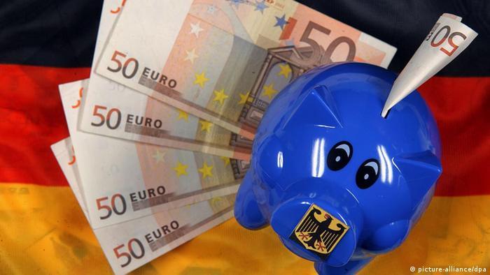 Deutschland Symbolbild Sparschwein mit Bundesadler