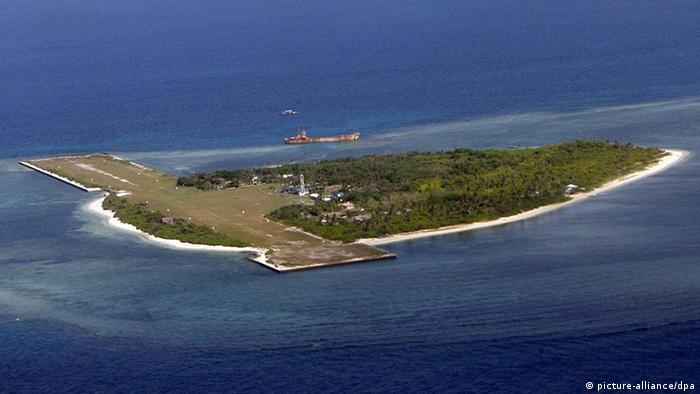 An airstrip is built on the islet of 'Pag-asa', one of Spratlys' group of islands in the South China Sea, where Filipino soldiers are guarding but five other countries are laying claim on, 02 May 2008. The Arroyo government is under fire for supposedly selling out Philippine territory through the Spratlys oil exploration deal with China and Vietnam. EPA/FRANCIS R. MALASIG +++(c) dpa - Report+++