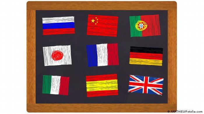 Eine Tafel mit Flaggen aus verschiedenen Ländern, die aufgemalt sind