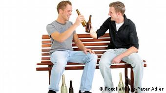 Two men on a bench, drinking beer, Photo: Fotolia/Klaus-Peter Adler