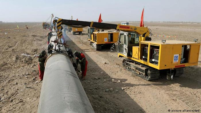 Photo taken on March 10, 2008 shows the construction site of the second project of west-to-east natural gas transmission pipeline in Fengle Town of Wuwei City, northwest China's Gansu Province. The pipeline will carry natural gas from Turkmenistan and China's Xinjiang Uygur Autonomous Region to the central and west China's areas as well as the Yangtze and Pearl River deltas. The 9,102-kilometer pipeline that is under construction consists of a main line and eight sub-lines traversing 14 provinces, autonomous regions and the municipality Shanghai. The pipeline¡-s designed gas transmission capacity is 30 billion cubic meters annually and the total investment on the project is 142.2 billion yuan (about 20 billion U.S. dollars). Foto: Xinhua /Landov +++(c) dpa - Report+++