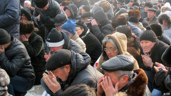 Protestaktion in der kasachischen Stadt Alma-Ata am 28.01.2012. Beten um die erschossene Oppositionelle. Die Bilder hat DW-Korrespondent in Kasachstan Anatoly Ivanov am 28.01. 2012 in der Stadt Alma-Ata gemacht. Wir haben alle Rechte.