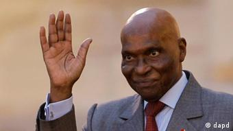 FILE - In this Sept. 1, 2011 file photo, Senegalese President Abdoulaye Wade waves as he leaves the Elysee Palace in Paris, France. Senegal's highest court ruled Friday, Jan. 27, 2012, that the country's increasingly frail, 85-year-old president could run for a third term in next month's election, a deep blow to the country's opposition which has vowed to take to the streets if the leader does not step aside.(Foto:Jacques Brinon, File/AP/dapd)