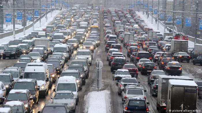 Symbolbild Russland Moskau Verkehr Stau Winter