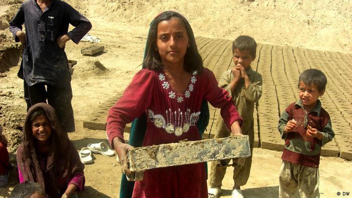 Afghanisches Mädchen schleppt einen Ziegel in einer Ziegelei (Foto: DW)