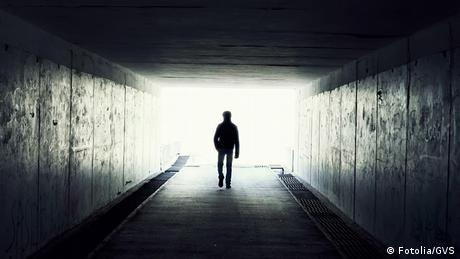 Život Pet činjenica o smrti Može li o tabu temi smrt objektivno da se govori? Kada nastupa smrt? Šta se nakon nje dešava? Šta pokazuje iskustvo bliske smrti? Imamo li dušu? Pet aspekata o smrti iz biologije, medicine i fizike.