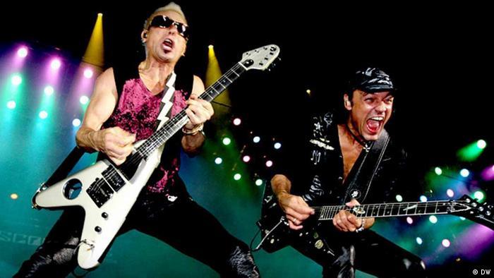 Zwei Musiker der Band Scorpions stehen auf der Bühne und spielen Gitarre