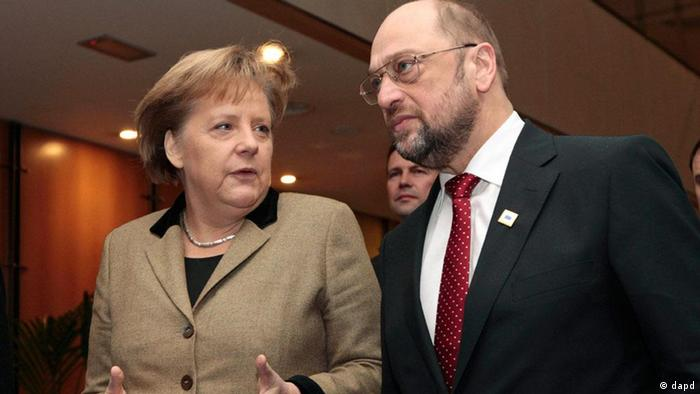 European Parliament President Martin Schulz, right, talks with German Chancellor Angela Merkel after they addressed the media at the European Parliament in Brussels, Monday, Jan. 30, 2012. European leaders will try to come up with ways to boost growth despite steep budget cuts across the continent when they meet in Brussels. (Foto:Yves Logghe/AP/dapd)