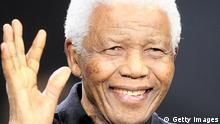 Mandela lächelt im Juni 2008 beim Gedenkkonzert an ihn in London, England. (Foto: Dave Hogan/Getty Images)