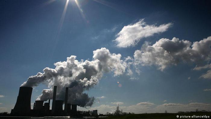 Rauch steigt am Mittwoch (04.04.2007) vom RWE-Braunkohlekraftwerk Niederaußem bei Bergheim in die Höhe. Acht der zehn klimaschädlichsten Kraftwerke in Deutschland werden nach Angaben der Umweltstiftung WWF vom Mittwoch mit Braunkohle befeuert. Am Standort Niederaußem rechnet der Energiekonzern RWE nach geplanten Investitionen in umweltschonende Technologien durch eine optimierte Anlagetechnik mit CO2-Einsparungen in Höhe von mehreren Millionen Tonnen pro Jahr. Foto: Oliver Berg dpa/lnw +++(c) dpa - Report+++