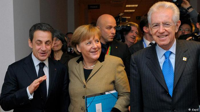 France's President Nicolas Sarkozy, left, Germany's Chancellor Angela Merkel, center, and Italy's Prime Minister Mario Monti speak together prior to a meeting at the European Council in Brussels ahead of the European Union leaders summit, Monday, Jan. 30, 2012. European leaders were trying Monday to come up with ways to boost economic growth and jobs, which are being squeezed by their own governments' steep budget cuts across the continent. (Foto:Philippe Wojazer, pool/AP/dapd) FRANCE MAGS OUT