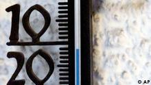 Minus 11 Grad Celsius zeigt dieses Thermometer am Freitag, 14. Dezember 2001 in Ludwigsburg. Die klirrende Kaelte soll laut Metereologen auch in den naechsten Tagen anhalten. (AP Photo/Thomas Kienzle)