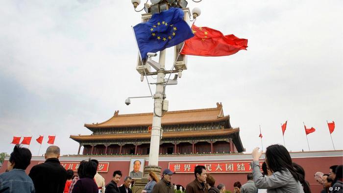 Menschen unter den Flaggen der Europäischen Union und China vor dem Tiananmen Tor in Beijing