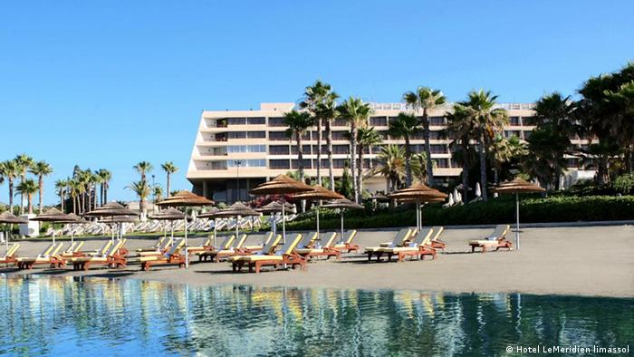 Hotel an einem Palmenstrand (Foto: Hotel Le Meridien, Limassol)