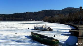 Boats are iced in on the frozen lake of Kastoria town, northwestern Greece, on Thursday, Jan. 19, 2012. Kastoria's lake is partly frozen with the temperature in some northern Greek towns showing -24 Celsius (32 Fahrenheit) over the past five days. (Foto:Eurokinissi/AP/dapd) GREECE OUT.