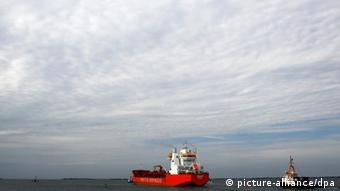 Die «Enisey» (Nordic AT 19), ein eisbrechender Öltanker für das russische Bergbauunternehmen Norilsk Nickel, startet am Dienstag (23.08.2011) von der Werft von Nordic Yards in Wismar zu seiner Probefahrt. (Foto: Jens Büttner dpa/lmv)