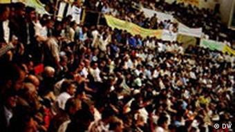 تصویر آرشیوی از کارگرانی که اول ماه مه ۱۴ سال پیش در میدان آزادی با خواست رفراندم جمع شدند
