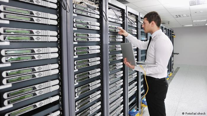 Symbolbild Junger Ingenieur IT Computer Daten young engeneer in datacenter server room © .shock #28439919 - Fotolia.com