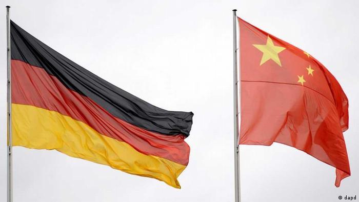 Die deutsche und die chinesische Nationalflagge wehen am Montag (12.10.09) in Berlin am Kanzleramt beim Empfang des stellvertretenden chinesischen Staatspraesidenten Xi Jinping. Jinping eroeffnet am Dienstag (13.11.09) die Buchmesse in Frankfurt am Main. Foto: Axel Schmidt/dapd // Eingestellt von wa