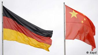 German and Chinese flags (photo: Axel Schmidt/dapd)
