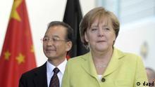 Bundeskanzlerin Angela Merkel (CDU) und der chinesische Ministerpraesident Wen Jiabao kommen am Dienstag (28.06.11) im Bundeskanzleramt in Berlin zu einer Pressekonferenz. Beim Treffen hat die Bundeskanzlerin die Bedeutung der Wirtschaftsbeziehungen zu China betont. (zu dapd-Text) Foto: Berthold Stadler/dapd