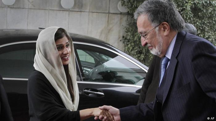 Afghan Foreign Minister Zalmai Rasool, right, greets Pakistan Foreign Minister Hina Rabbani Khar after her arrival at the foreign ministry in Kabul, Afghanistan, Wednesday, Feb. 1, 2012. (Foto:Muasdeq Sadeq/AP/dapd)