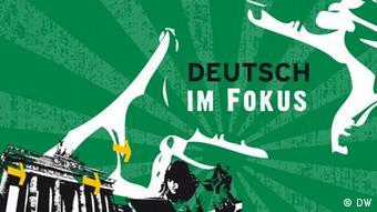 Logo Deutsch im Fokus: das Brandenburger Tor links unten vor grünem Hintergrund, daneben eine stilisierte Frau vor einem Notebook