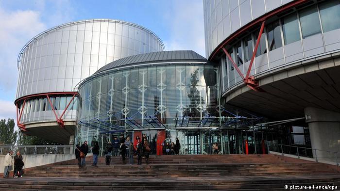 Eine Menschengruppe steht am Donnerstag (21.10.2010) vor dem Gebäude des Europäischen Gerichtshofs für Menschenrechte (EGMR) in Straßburg. Foto: Rolf Haid dpa Schlagworte EU, Justiz, Menschenrechte, Gebäude, Fassade, Glas, EGMR, Gericht, Gerichtshof