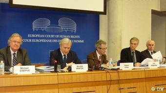 Jahres-PK des Europäischen Gerichtshofs für Menschenrechte am 26.1.2012 Michael O´Boyle, Nicolas Bratza, Patrick Titiun, Erik Friberg Copyright: DW/Daphne Grathwohl Straßburg, 25.1.2012