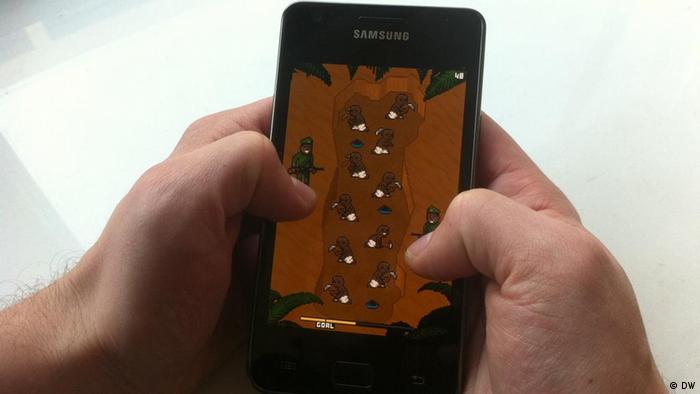 Auf einem Smartphone wird gerade das Spiel 'Phone Story' gespielt (Foto: DW)