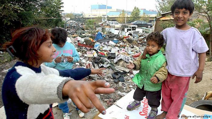 Roma children play at a Romanies settlement in Belgrade, Serbia, 18 October 2007. Many of Roma families actually live at the rubbish depot and make their living by searching for recycable materials. About 80 percent of Roma children in Serbia enroll in the obligatory primary schools, but only 20 percent actually graduate, according to the UNICEF mission in Belgrade. Foto: EPA/KOCA SULEJMANOVIC +++(c) dpa - Report++++