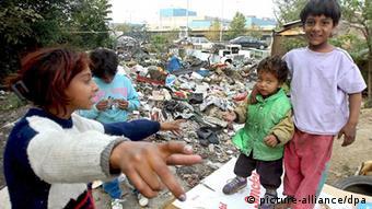Roma-Kinder spielen vor einer Müllhalde in Belgrad. (Foto: EPA)