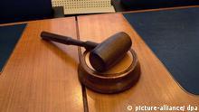 Symbolbild Hammer im Gerichtssaal