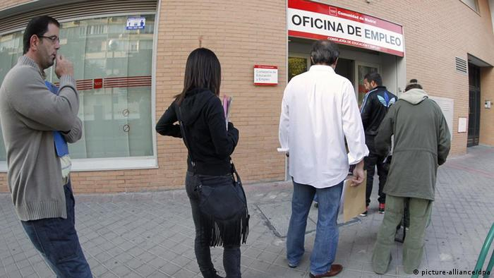 epa02949966 Unemployed people queue outside an office of the INEM employment organization in Madrid, central Spain, on 04 october 2011. Spain says the number of people filing for unemployment benefits shot up by nearly 100,000 in September 2011. The Labor Department says the increase of 95,817 raises the total of umemployed to 4,226,744. EPA/JAVIER LIZON