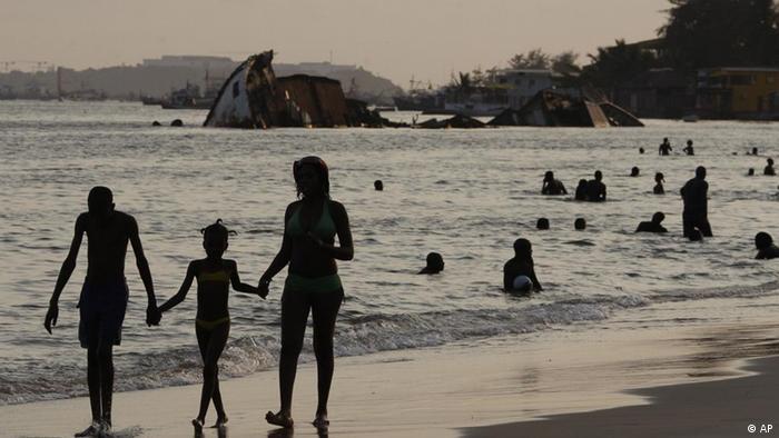 Angola rica, Angola pobre - Angola país de Contrastes. Na foto: praia de Luanda