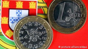 Монеты евро на фоне португальского флага